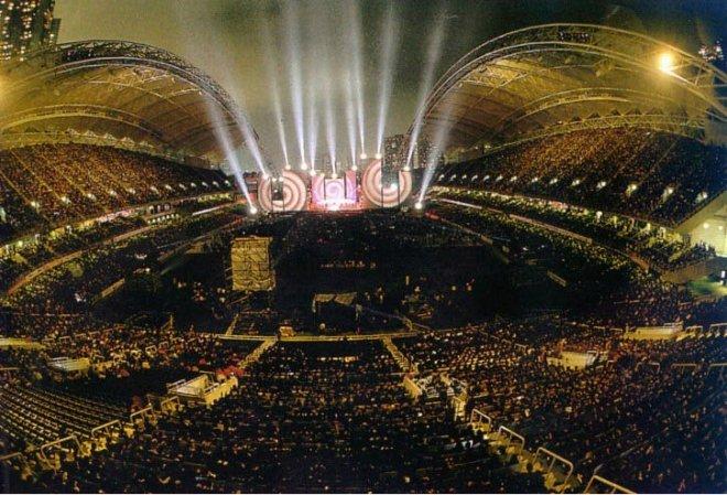 Le stade de Hong Kong, en 1994, mis en son et lumière par Jean Michel Jarre