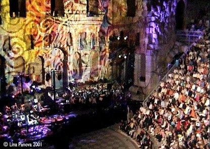 Dans ce concert de Jarre, le public est très proche de la scène.