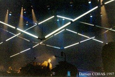 Les néons mobiles au-dessus de la scène de l'Oxygène Tour de 1997.