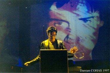 Jarre joue du Theremin durant l'Oxygène Tour de 1997.