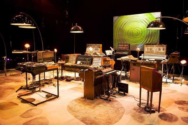 La scène d'Oxygène 3D et ses synthétiseurs analogiques, avant le concert.