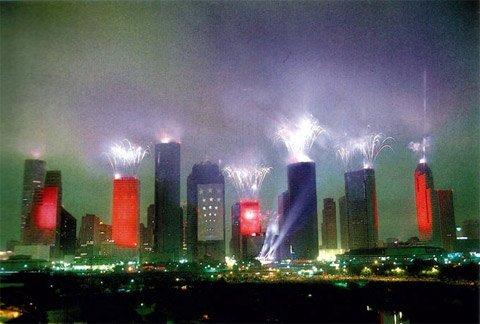 Le fantastique dispositif lumineux au sommet des tours de Houston, en 1986, pour le concert de Jean Michel Jarre.