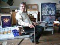 Michel Granger pose dans son atelier, devant ses toiles récentes (juin 2007).