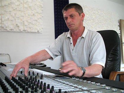 Mike Oldfield dans son home-studio, dans les années 2000.