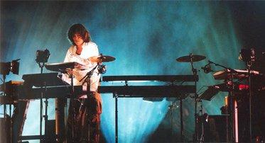 Jarre devant son set d'instruments à Gdansk, en Pologne, juillet 2005.