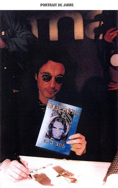 Jean Michel Jarre pose avec le magazine Globe-Trotter, qui fête cette année-là ses cinq ans.