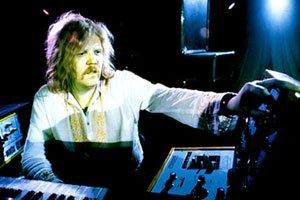 Edgar Froese derrière ses synthétiseurs