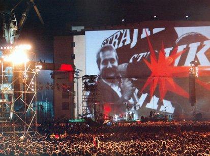 Les images géantes de l'histoire de Solidarnosc projetées lors du concert de Jean Michel Jarre