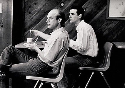 Brian Eno (à gauche) et David Byrne (à droite)