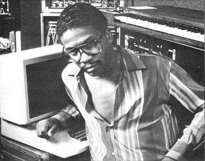 Herbie Hancock devant ses synthetiseurs