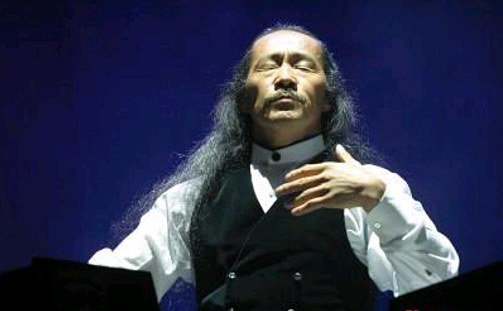 Kitaro en pleine méditation pendant un concert