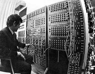 Robert Moog et l'impressionant Moog modulaire