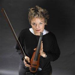 Laurie Anderson pose avec le dernier-né de ses violons.