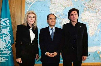 De gauche à droite : Marianna Vardinoyannis (ambassadrice de bonne volonté), Koïchiro Matsuura, (Directeur général de l'UNESCO), Jean-Michel Jarre (ambassadeur de bonne volonté)