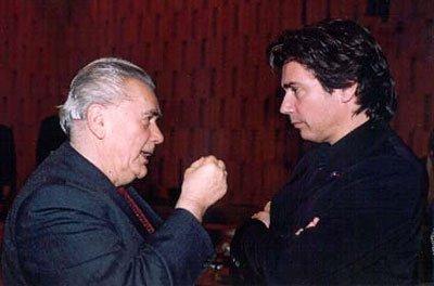 Jean Michel Jarre écoute le chef d'orchestre roumain Marin Constantin au siège de l'UNESCO (né en 1925)