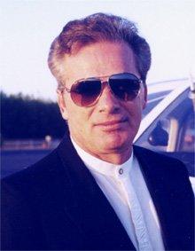 John Serrie et ses éternelles lunettes de soleil.