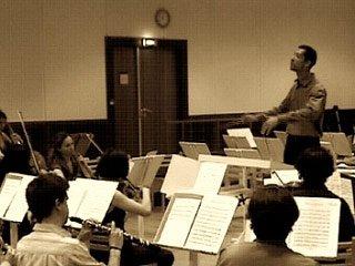 Pierre-Yves Bessuand dirigeant un orchestre acoustique.