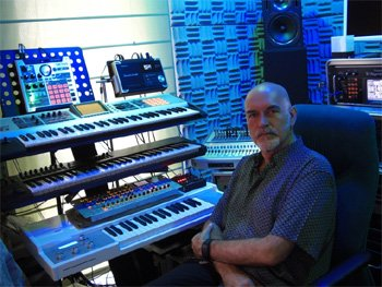 Michel Huygen en studio avec son Memotron (dernier synthé en bas)