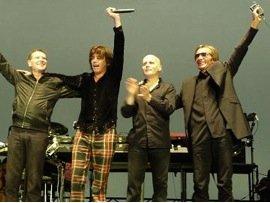 Les musiciens de Jean Michel Jarre (Jérôme Guguen, Claude Samard et Francis Rimbert) saluent après leur performance à l'automne 2010.